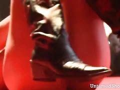 Hottie in black boots dildos her juicy pussy