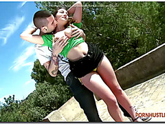 Couple gets horny outdoors