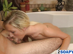 Slim masseuse pleases client in the bath with a blowjob